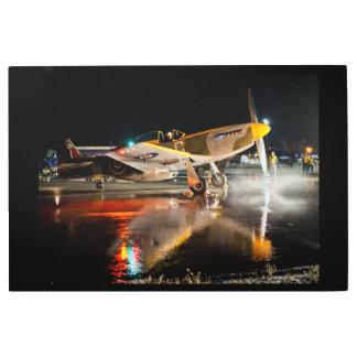 Impresión En Metal Mustango P-51 en la pista de despeque mojada