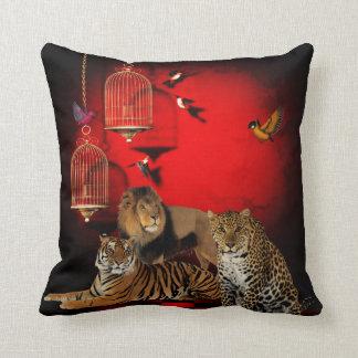 Impresión roja de los pájaros del león del cojín decorativo