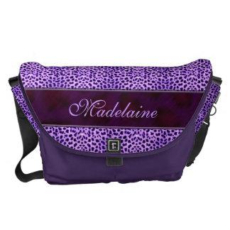 Impresión salvaje y púrpura del guepardo para ella bolsa de mensajeria
