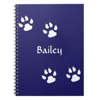 Impresiones de la pata del perro en plantilla azul cuaderno