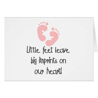 Impresiones grandes pies rosados de las huellas de tarjeta de felicitación