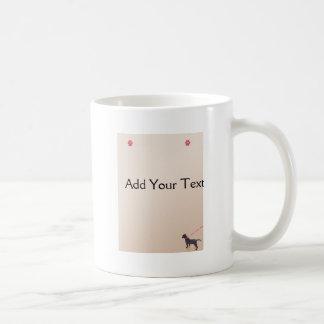 Impresiones negras del perrito en la taza de la