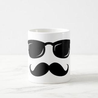 Inconformista de moda del bigote sonriente taza