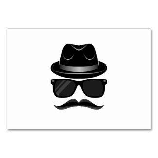 Inconformista fresco con el bigote, el gorra y las