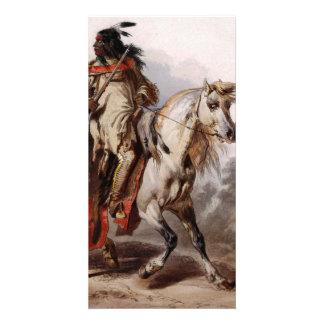 Indio Blackfoot en el caballo árabe que es Tarjetas Fotograficas