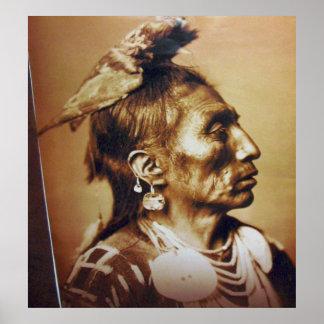 Indio del nativo americano de Apsaroke del cuervo  Posters