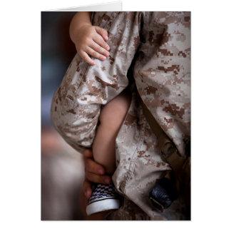 Infante de marina que detiene a su hijo en sus tarjeta de felicitación