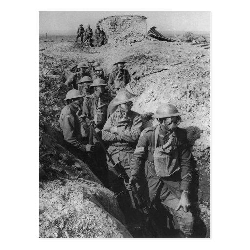 Infantería australiana que lleva respiradores de l postal