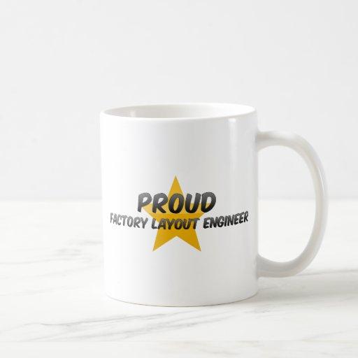 Ingeniero orgulloso de la disposición de la fábric tazas de café