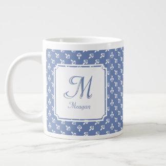 Inicial y nombre del monograma en los corazones taza de café grande