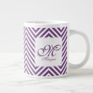 Inicial y nombre del monograma en zigzags púrpuras taza de café gigante