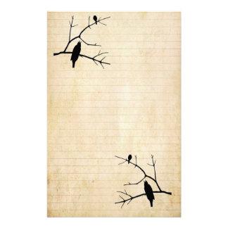 Inmóvil de papel viejo del cuervo y del búho de