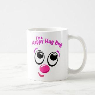 Insecto feliz del abrazo taza de café