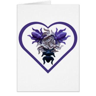 Insectos púrpuras en tarjeta del corazón