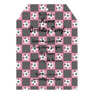 Inspectores rosados del balón de fútbol invitación 12,7 x 17,8 cm