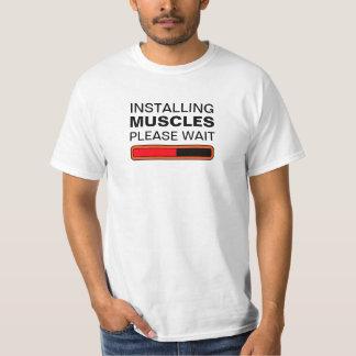 Instalando los músculos satisfaga esperan camiseta