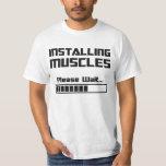 Instalando los músculos satisfaga esperan la barra camisas