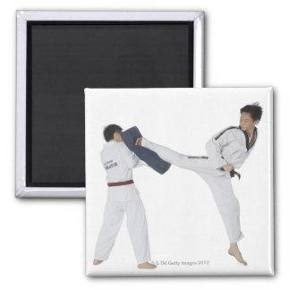 Instructor de sexo masculino del karate que enseña iman de nevera