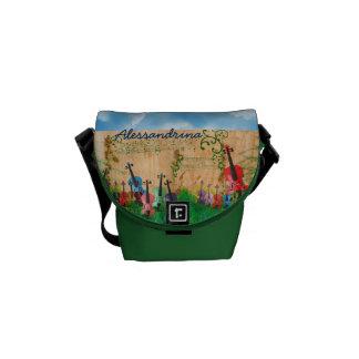 Instrumentos atados en la yarda con nombre de bolsas messenger