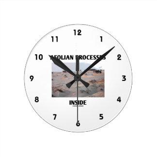 Interior eólico de los procesos (paisaje rocoso) reloj redondo mediano