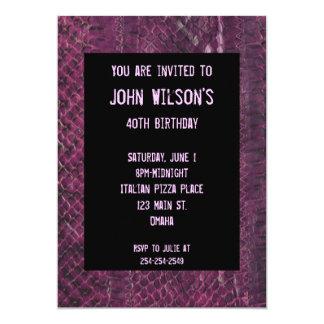 Invitación adulta púrpura del cumpleaños de