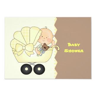 Invitación amarilla de la ducha del carro de bebé