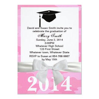 Invitación blanca de la graduación del camuflaje
