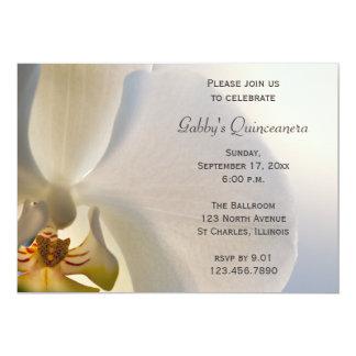 Invitación blanca de Quinceanera de la flor de la