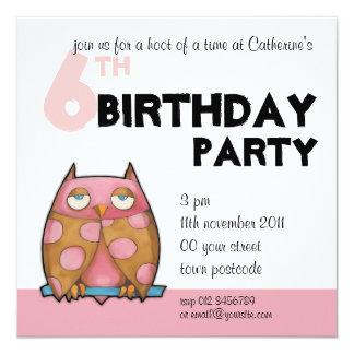 Invitación blanca del cumpleaños del búho rosado
