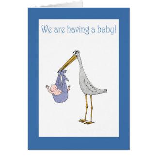 Invitación, cigüeña y bebé del embarazo tarjeta de felicitación