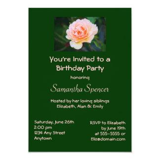 Invitación color de rosa perfecta del cumpleaños