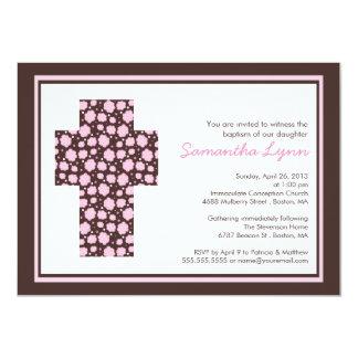 Invitación cruzada rosada moderna del bautismo de