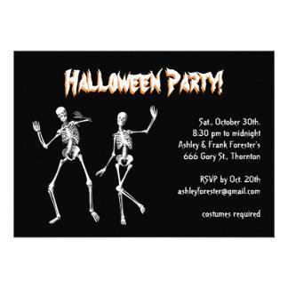 Invitación de Halloweeen de los esqueletos del bai
