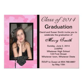 Invitación de la graduación del camuflaje del rosa