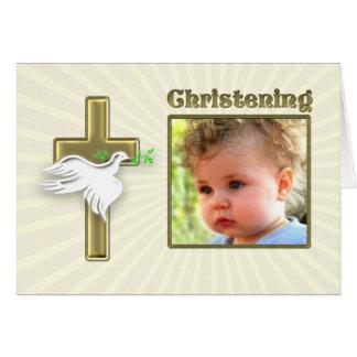 Invitación del bautizo con una cruz de oro tarjeta de felicitación