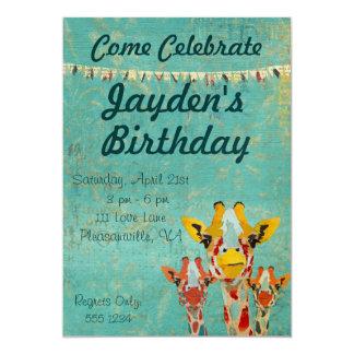Invitación del cumpleaños de tres jirafas que mira invitación 12,7 x 17,8 cm