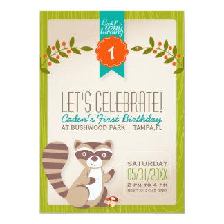 Invitación del cumpleaños del mapache del arbolado