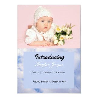 Invitación del nacimiento del chica con las nubes
