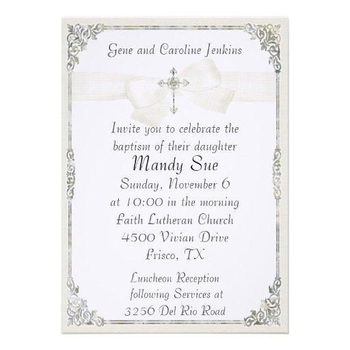 Invitación elegante cruzada blanca del bautismo de Zazzle.