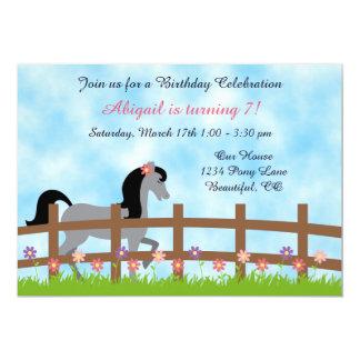 Invitación gris bonita del cumpleaños del caballo