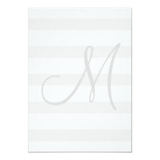 Invitación gris y blanca inicial del boda de la