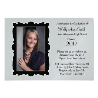 Invitación gris y negra del marco/de la graduación