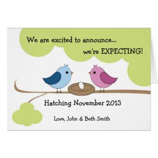 Invitación linda del embarazo - pájaros en tarjeta de felicitación