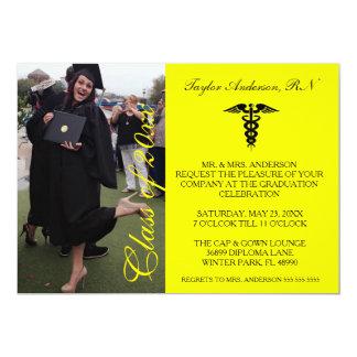 Invitación médica amarilla de la graduación de la