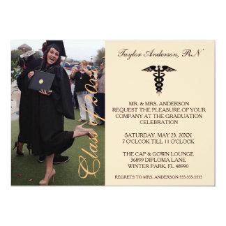 Invitación médica anaranjada de la graduación de