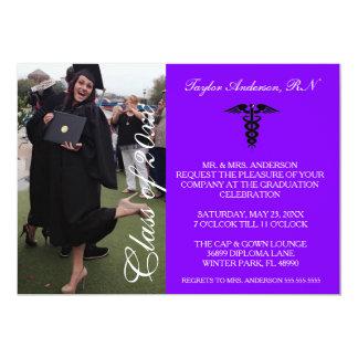 Invitación médica púrpura de la graduación de la