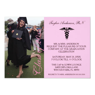 Invitación médica rosada de la graduación de la
