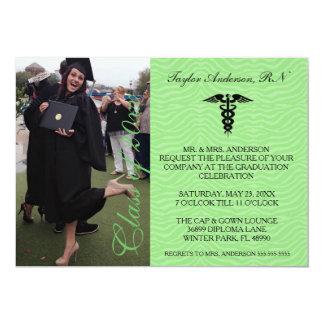Invitación médica verde de la graduación de la