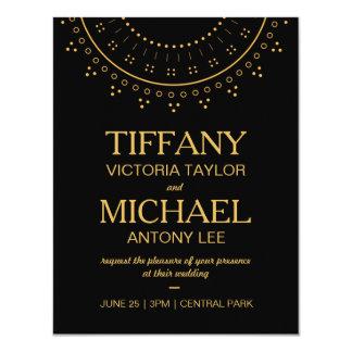 Invitación negra del boda con las letras del oro