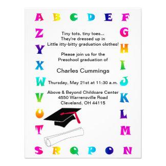 Invitación preescolar de la graduación de los pequ